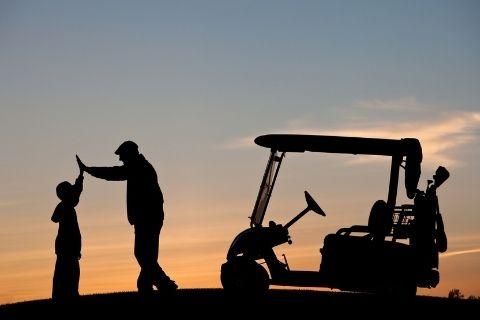 ゴルフをする祖父と孫
