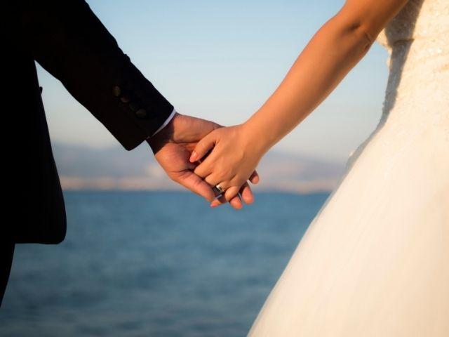 結婚の約束をする男女