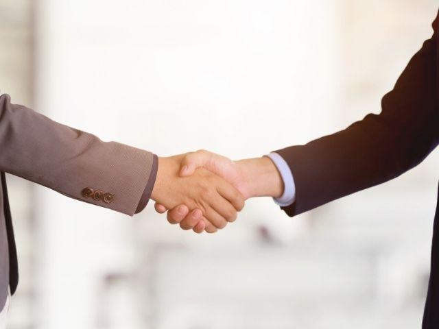 契約合意で握手する二人
