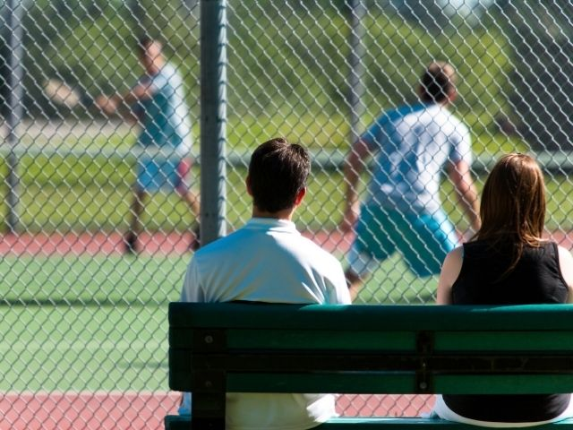 テニスを観戦する人