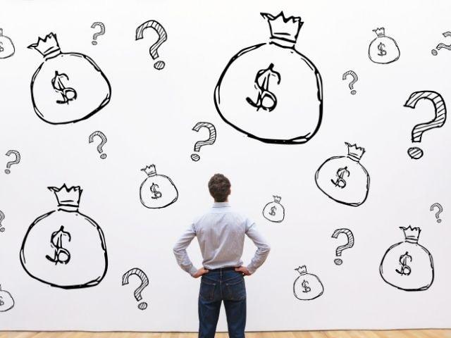 お金に疑問を持つ男性