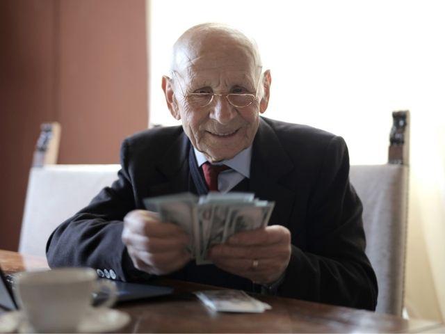 お金をもったおじいさん
