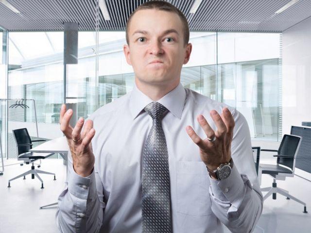 怒る職場の同僚