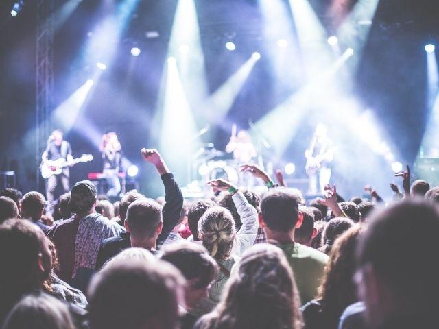 音楽のステージに集まった多くのファン