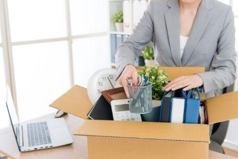 会社を辞める女性