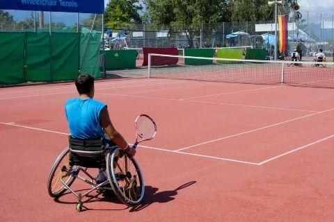 車いすテニスをプレーする男性