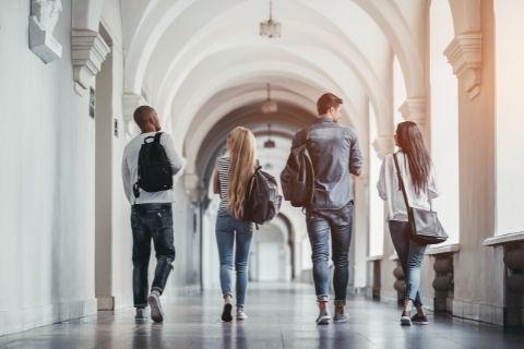 大学内を歩く大学生達