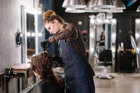美容院で働く女性