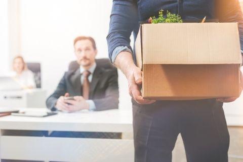 会社を退社する男性