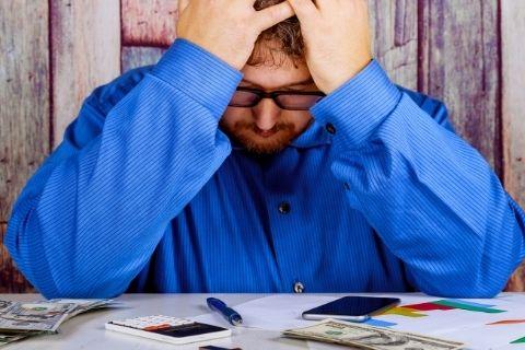 仕事に悩む男性