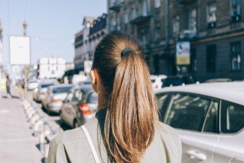 髪型をポニーテールにしている人